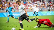 Hoch überlegen: Die deutschen Fußballer um Nils Petersen erledigen gegen Fidschi die Pflicht