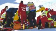 Bange Minuten: Rettungskräfte in Kitzbühel versorgen Urs Kryenbühl aus der Schweiz.