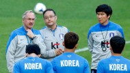Uli Stielike (links) will das südkoreanische Team modernisieren