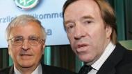 Günter Netzer (rechts) wehrt sich gegen die Behauptungen von Theo Zwanziger.