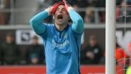 Kann es nicht fassen: Hannovers Torwart Philipp Tschauner ärgert sich.