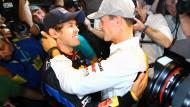 Gute Freunde: Nach seinem ersten WM-Titel 2010 bekommt Sebastian Vettel Glückwünsche von seinem Vorbild Michael Schumacher.