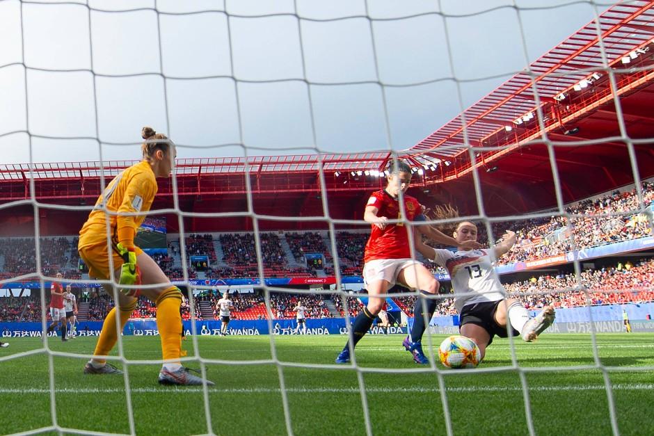Das 1:0 – Däbritz drückt den Ball mit einer Grätsche über die Linie.