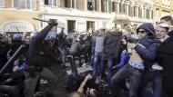 Mit Schlagstöcken geht die Polizei gegen die randalierenden Anhänger von Feyenoord Rotterdam vor.