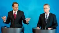 DOSB-Präsident Hörmann (l.) argumentiert: Versteht Bundesinnenminister de Maizière die Sorgen?