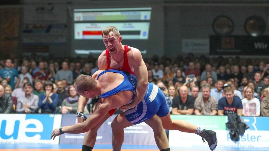 Ungewohntes Bild: Der Burghausener Matthias Maasch hebt Weltmeister Frank Stäbler aus.