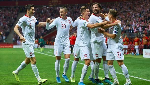 Russland und Polen bei Fußball-EM dabei