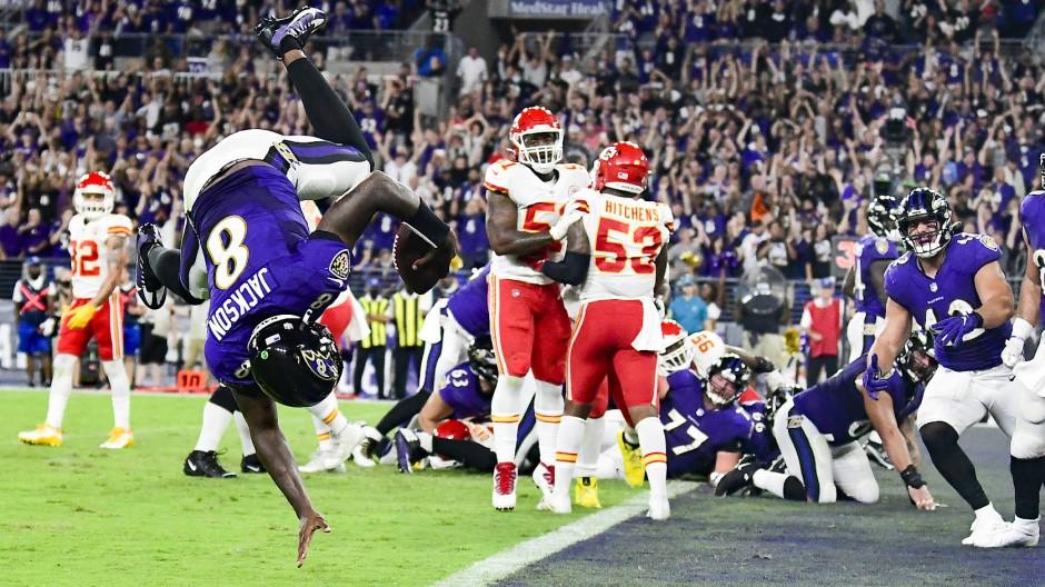 Salto in die Endzone: Quarterback Lamar Jackson beim Spiel gegen Kansas City