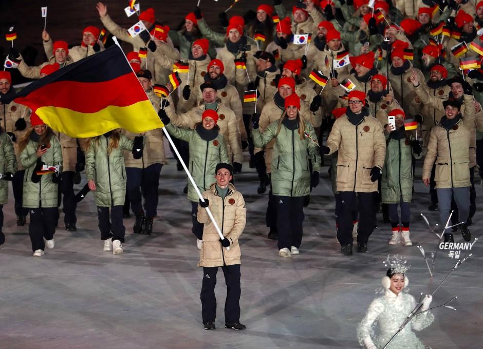 Der Nordische Kombinierer Eric Frenzel trug die deutsche Fahne.