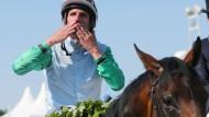 Die Jockeys mit den Siegerhänden