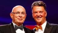 Michael van Praag (links, daneben Louis van Gaal) fordert Joseph Blatter heraus