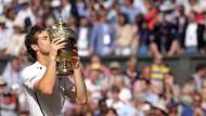 Sei geküsst: Andy Murray mit dem begehrten Pokal