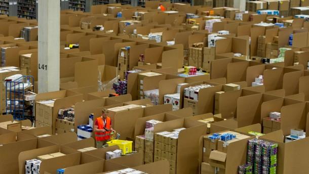 Ein Picker im Logistikzentrum in Graben bei Augsburg