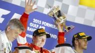 Wieder auf Trophäenjagd: Hier hät Kimi Raikkönen noch den Pokal für Rang zwei in Bahrein in Händen