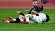 Gleich fliegt er vom Platz: Neymar (sitzend) hat Bordeaux' Yacine Adli getreten.