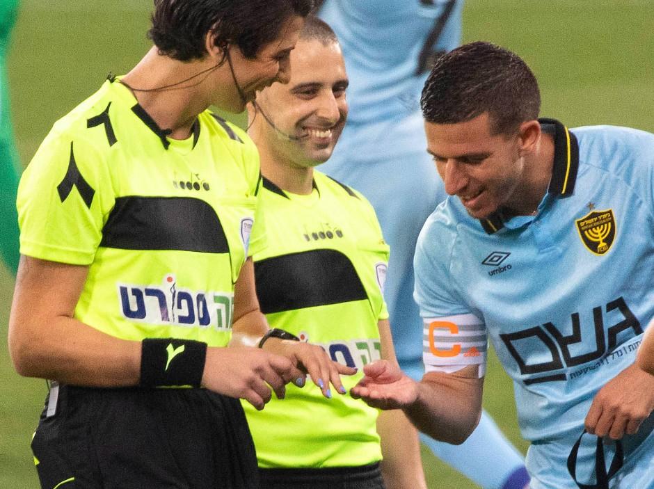 Idan Vered (r.) betrachtet den blauen Nagellack, den Sapir Berman (l.) zum Spiel aufgetragen hatte
