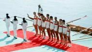 Der Deutschland-Achter nach dem Olympiasieg 1968 bei der Siegerehrung.
