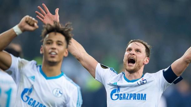 Schalke helfen das Glück und der Schiedsrichter
