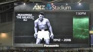 Die Sport-Welt steht zwar nicht still, aber sie verneigt sich: Anzeigetafel beim Fußballspiel zwischen Australien und Griechenland in Sydney.