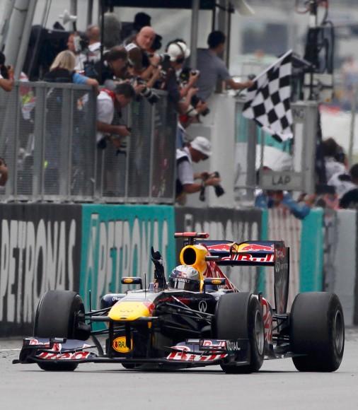 Flinker Finger: Sebastian Vettel gewinnt auch das zweite Saisonrennen - sein vierter Sieg in Serie