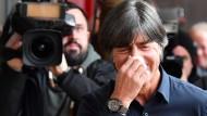Wozu die ganze Aufregung: Bundestrainer Joachim Löw lacht in sich hinein.