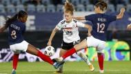 Zur Not nimmt es Sjoeke Nüsken wie im Länderspiel gegen Frankreich auch mit zwei Gegnerinnen auf.