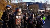 Polizisten am Stadion: Darüber, wer für solche Einsätze bezahlen muss, wird seit langem gestritten.