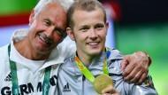 Glückselig in Rio: Fabian Hambüchen (rechts) mit seinem Vater und Trainer Wolfgang.