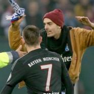 Ein Flitzer stürmt aufs Spielfeld und attackiert Franck Ribéry