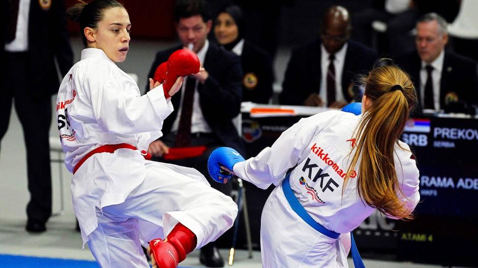 Kosovarin Adelina Rama (r.) bei der Karate-WM in Madrid: Teilnahme nicht unter ihrer Flagge.