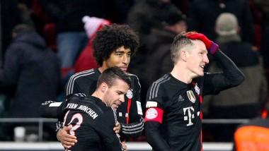 Verschämte Freude: Die Bayern-Spieler Bernat, Dante und Schweinsteiger nach dem 2:1 in Mainz