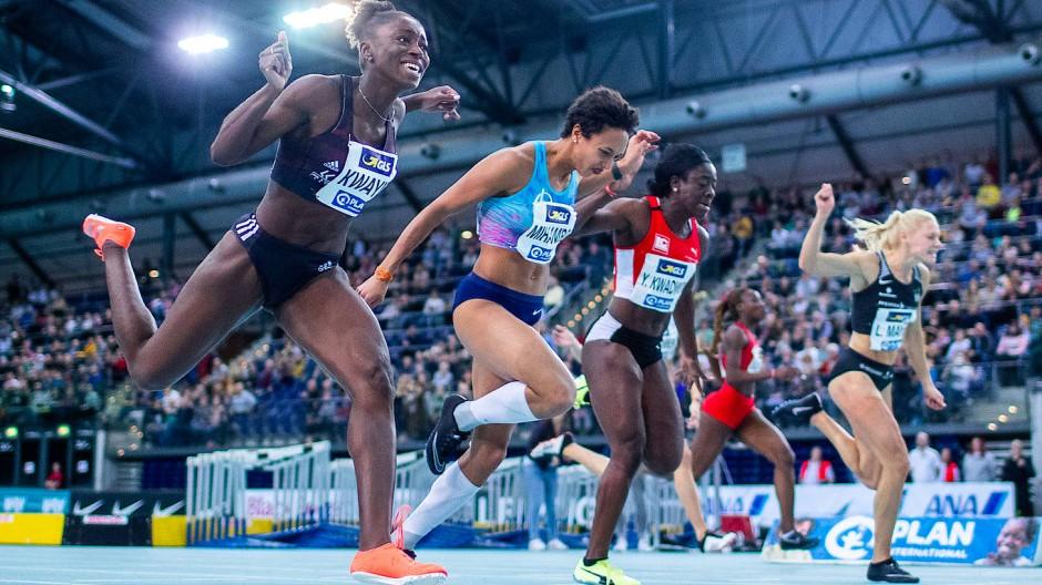 Viel Spaß in Leipzig: Lisa-Marie Kwayie (links) und die Konkurrentinnen beim Zieleinlauf über 60 Meter.
