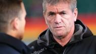Der Düsseldorfer Trainer Friedhelm Funkel redet sich in Rage.