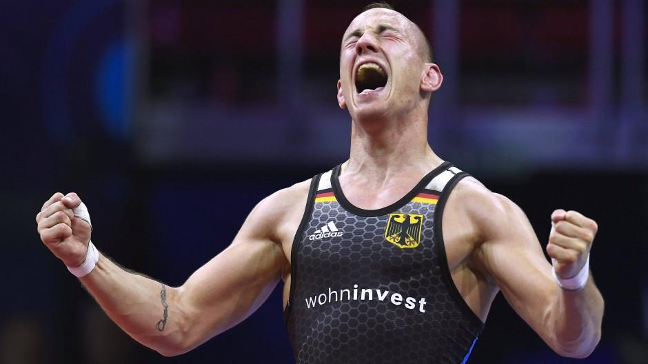 Ringer Frank Stäbler ist zum dritten Mal Weltmeister geworden. Hier jubelt er nach seinem Sieg im Halbfinale.