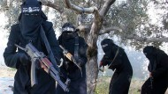 """Mitglieder des """"IS"""" posieren für ein Propagandavideo"""