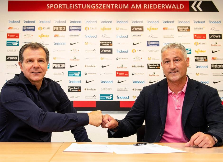 Faust drauf: Andreas Möller, Leiter des Nachwuchsleistungszentrums, und Jürgen Kramny, neuer U-19-Trainer, besiegeln die Zusammenarbeit.