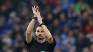 Nicht ist mehr klar: Schiedsrichter Guido Winkmann deutet ein Handspiel an.