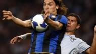 Weite Reise: Fußballprofi Matuzalem (rechts, gegen Inter Mailands Ibrahimovic) rückt in den Blickpunkt