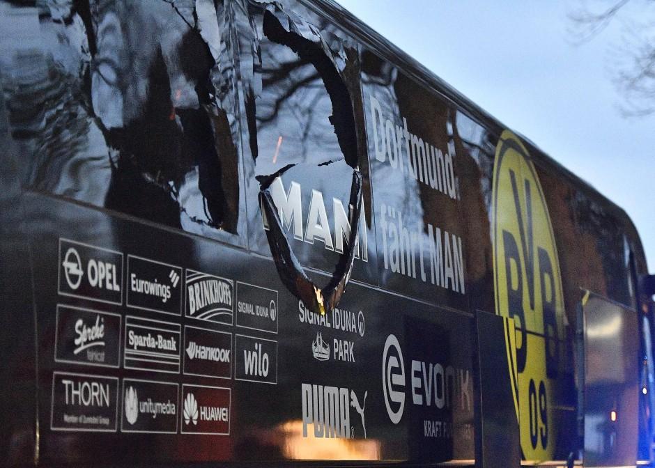Anschlagsziel Mannschaftsbus: der mittlere der drei Sprengsätze war offenbar zu hoch angebracht, um seine Wirkung voll entfalten zu können.