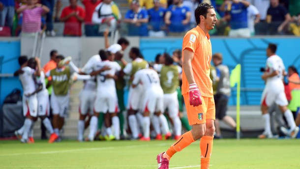 Costa Rica weiter, Italien in Not