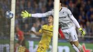 Der Ball senkt sich ins Tor: Dortmund holt drei Punkte, ohne in Brügge zu überzeugen.