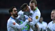 Können sich auf ihren Angreifer verlassen: Die Wolfsburger Spieler jubeln mit Torschütze Daniel Ginczek (Mitte).