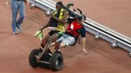 Vorsicht, Kameramann von hinten! Usain Bolt wird in Peking von einem Segway zu Fall gebracht.