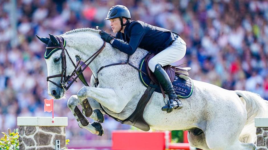 Springreiter Sven Schlüsselburg: Mindestens eines seiner beiden Pferde in Doha ist an dem Virus erkrankt.