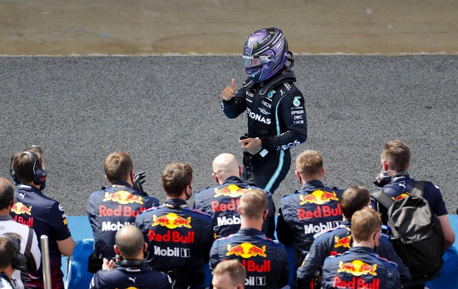 Der Sieger zeigt seinem Team den Daumen: Lewis Hamilton hat alles im Griff