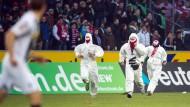 Vor zwei Wochen stürmten einige Kölner Ultras den Platz in Mönchengladbach