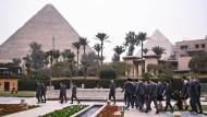 Spaziergang mit Blick auf die Pyramiden: Frankreichs Handballteam in Gizeh.