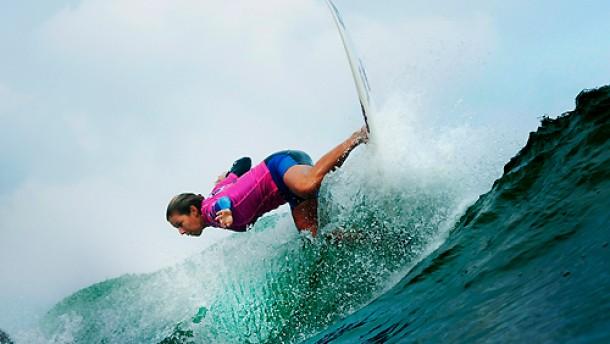 Mit dem Surfbrett aus der Armut