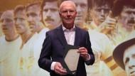 Mann mit Trophäe: Franz Beckenbauer bei der Gala zur Einweihung der Hall of Fame des deutschen Fußballs im Deutschen Fußballmuseum