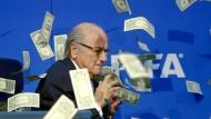 Im Geldregen: Joseph Blatter fand die Aktion gar nicht lustig